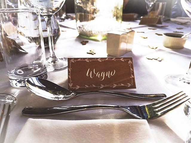 Place cards for a rustic country wedding 💕 the Bride & Groom wanted something modern yet rustic to complement the beautiful venue of @thewarrenestateweddings  Can't go wrong with Kraft and white ink ♥️