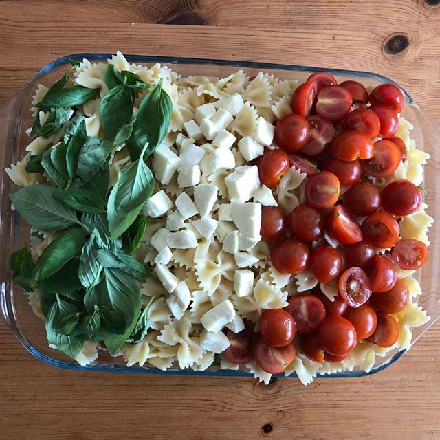 ITALIAN FLAG PASTA (Pasta,Italian mozzarella,extra virgin olive oil,cherry tomato,basil) to served Cold #golborneroad #golbornedeli #london🇬🇧 #londonbreakfast #lunch #londoner #london #notinghill #portobello #food #pasta #brunch