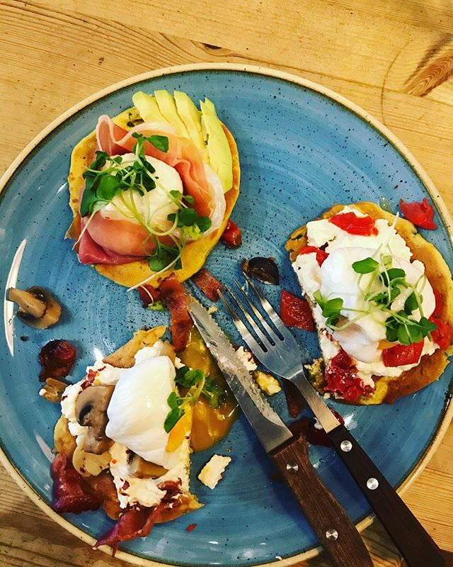 Tasting special breakfast for Weekend spinach pancakes , cottage cheese, sun blushed tomato poached egg or spinach pancakes , crispy pancetta , cottage cheese and mushrooms ? #food #london #breakfast #brunch #foodie #summer #golborneroad #golbornemarket #golbornedeli