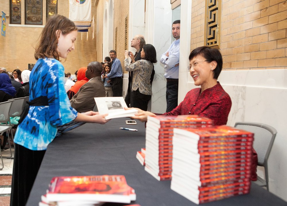 Author MoyingLi signs book for LAL award winner.jpg