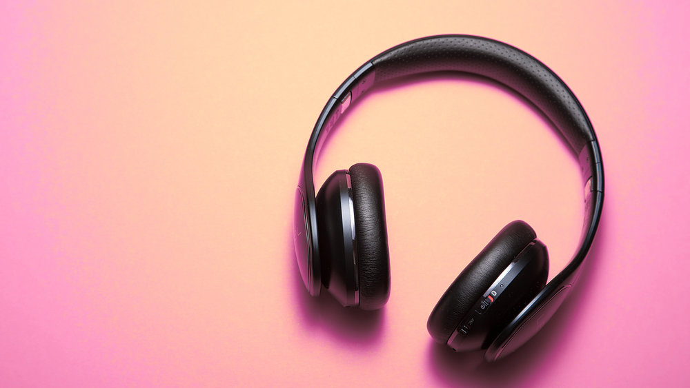 Headphones-pink-background_3840x2160.jpg