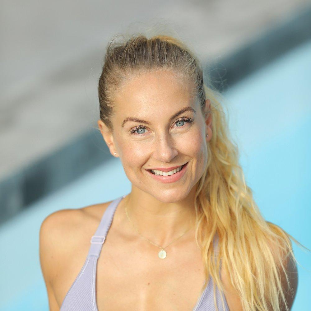 """Johanna Hector Konceptutvecklare Hälsa - Johanna Hector är livsnjutare, småbarnsmamma och entreprenör inom träning och hälsa. Hon har jobbat heltid som konceptutvecklare, lärare och tränare i närmare 20 år. Johanna blev tidigt förälskad i yogan som holistisk väg till hälsa. Hon har studerat med flera välrenommerade yoga och meditations lärare parallellt med utbildningar inom coaching och funktionell styrketräning.Idag jobbar Johanna som personlig tränare och yogalärare i Göteborg samt online. Hon håller även ett fåtal öppna klasser på SATS.Hon driver Global Yoga, en yogastil för 2000-talets människa. Tillsammans med det fantastiska Global Yoga teamet har hon utbildat över 800 yogalärare i Norden och varje år utvecklas flera Global Yoga lärare.Hon ligger bakom framgångsrika koncept såsom Hot MOJO®, MOJO yoga®, MOJO Flex® och """"Yoga For Athletes"""" tillsammans med bästa kompisen Monika Björn. Senaste åren har hon jobbat på att ta fram en holistisk klubb online med olika program som ska möta människan där hon befinner sig i livet (det finns program som både boostar, utmanar och reparerar kropp och själ). SoulWork Club lanseras våren 2018 och på Prana har du chansen att testa det LIVE.Varför är yogan ett viktigt inslag för dig i vardagen?""""Helt ärligt så gör det mig till en bättre människa, mentalt, emotionellt och fysiskt. Jag är bekväm och stolt i min kropp, jag har lättare för att fokusera och prioritera samt att yogan håller mig grundad och öppen i mina känslor. Ett perfekt redskap för balans helt enkelt.""""Hemsida: www.jira.se www.globalyoga.seInstagram: yogajohanna soulwork_club"""