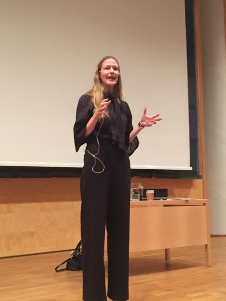 Julia Norinder SIDA - Julia Norinder kombinerar ett brinnande intresse för hållbar utveckling med djup kompetens inom ledarskap och organisationsfrågor. Hon har varit managementkonsult, VD och HR-direktör och har omfattande erfarenhet från såväl näringsliv som offentlig sektor. I början av 2000-talet arbetade Julia inom FN organet ILO, med privatsektorutveckling, genderfrågor och kvinnors entreprenörskap. I dagsläget är hon HR- och kommunikationschef på Sveriges Biståndsmyndighet Sida.Julia har under sitt yrkesliv utvecklat ett värderingsbaserat och meningsskapande ledarskap som hon prisats för i olika sammanhang. Hon är också en uppskattad föreläsare och inspiratör.Julia är själv en hängiven yogautövare och hon menar att yogan en viktig möjliggörare i hennes ledarskap.