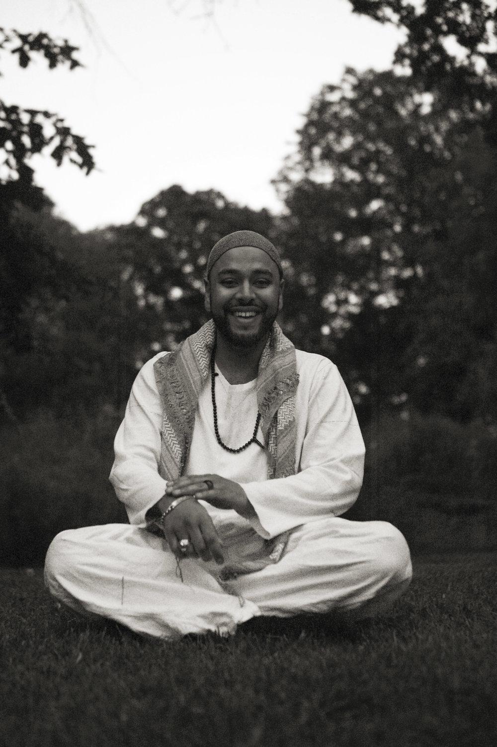 Ashar Khan Amerykhan - Ashar Khan har länge varit verksam inom kultur och social frågor bl.a som frilansande projektledare inom kultursektorn och i interreligiösa frågor och sammanhang. Han är dessutom en mycket uppskattad musiker och sångare i bandet Amerykhan.Ashar följer sedan många år Sufisk tradition där han har rollen som