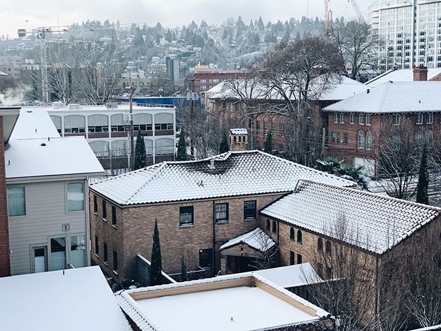 Happy Snow Day from Everett!! ❄️ ⛄️ . . . . . #pnw #pnwwonderland #pnwlife #pdx #downtownpdx #mobilemag #lifestyle #nwportland #thepearl #pdxhomes #hygge #minimalist #snowday #winter #winterweather #winterwonderland