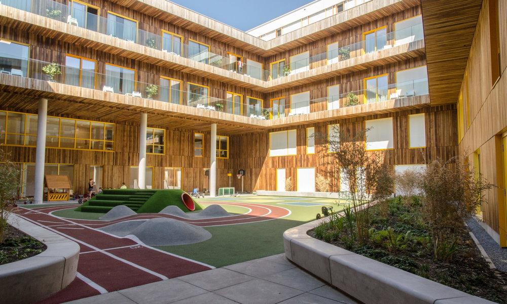Blik-op-de-sporttuin-en-de-kamers-met-balkon-van-het-nieuwe-Prinses-Máxima-Centrum-voor-kinderoncologie-2000x1200.jpg