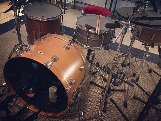 Love this 2 snare no rack tom setup! Only the funkiest of drummers dare. 🥁 💀 #snackshackaudio #drums #recordingstudio #drumtracking #sessiondrummer #recordingdrums #beats #drumbeat #funkydrummer