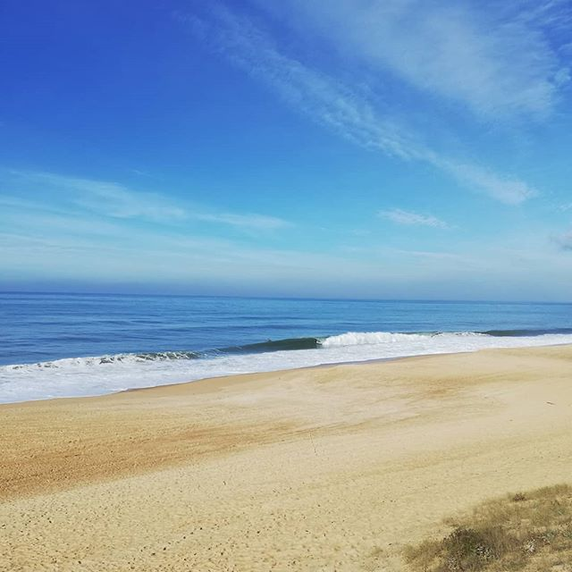 🌊 En attendant la vague... . . . . . . . . #labenne #labenneocean #ocean #naturelovers #natureisamazing #plage #beach #playa #bleu #vacances #horizon #surf #vague #waves #paysage #landes