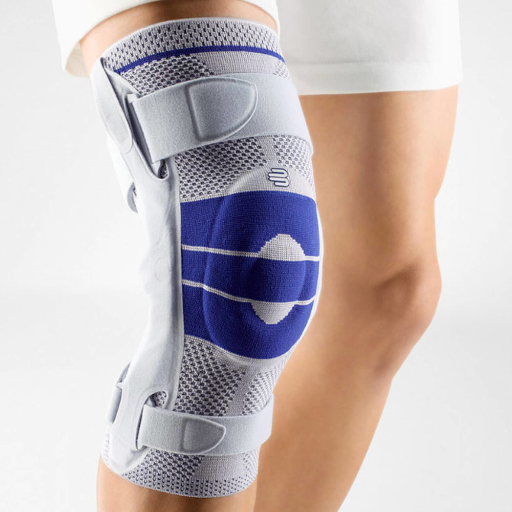 The  GenuTrain S  knee brace provides reliable support for the knee thanks to the combination of joint side bars and an adjustable strap system.