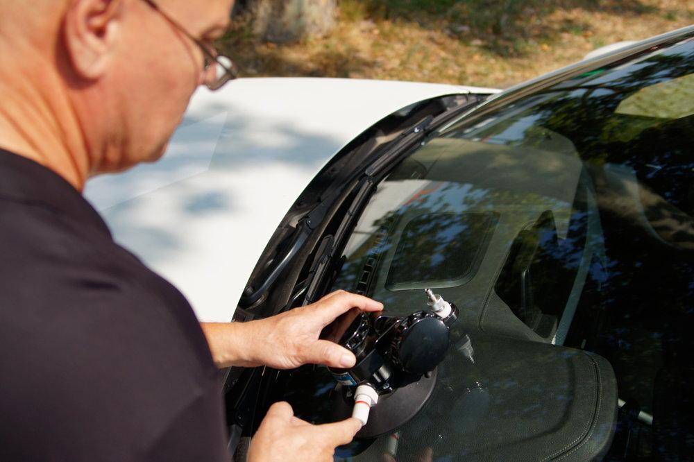 Ihre Windschutzscheibe hat einen Steinschlag erlitten? Ist dieser kleiner als eine 2-Euro-Münze und mindestens 10 cm von der Scheibe entfernt und nicht im Sichtfeld des Fahrers, so können wir diesen reparieren. Bei der Reparatur der Windschutzscheibe füllen wir ein spezielles Kunstharz in die beschädigte Stelle und härten diese anschließend mit UV-Licht aus.