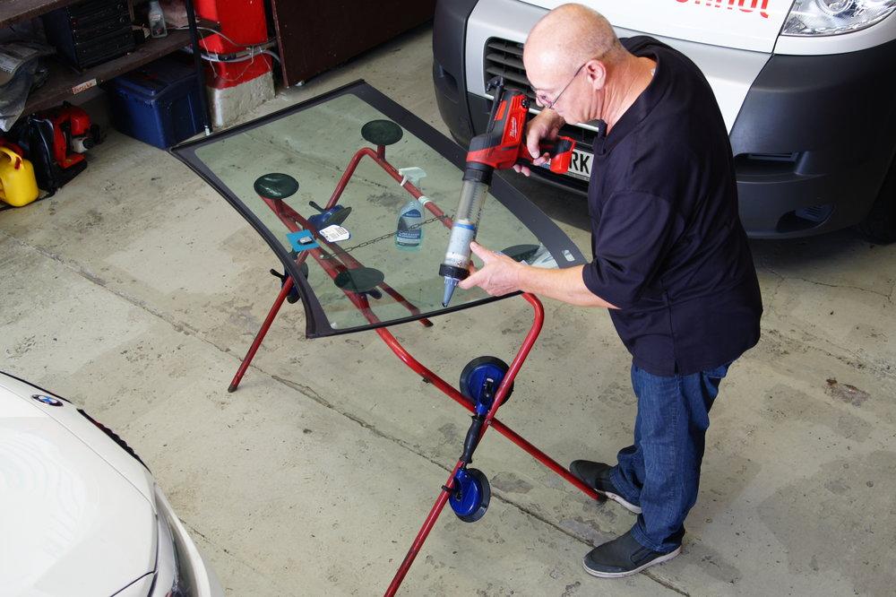 Ob eine Windschutzscheibe repariert werden kann oder ausgetauscht werden muss prüft unser Fachpersonal sorgfältig.Ausschlaggebend ist in erster Linie, wie groß der Schaden ist und an welcher Stelle er sich befindet.