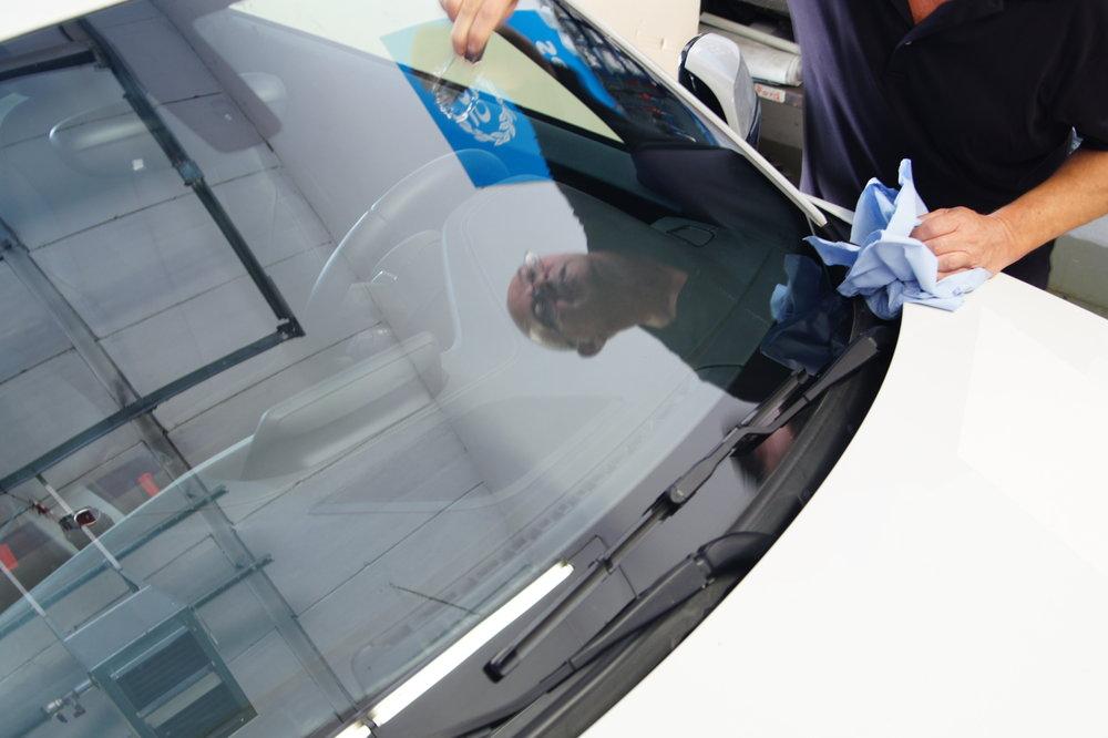 Freie Sicht für Ihre Sicherheit. Unsere Premium-Glasbeschichtung sorgt für eine deutliche Sichtverbesserung und mehr Freude beim Fahren.