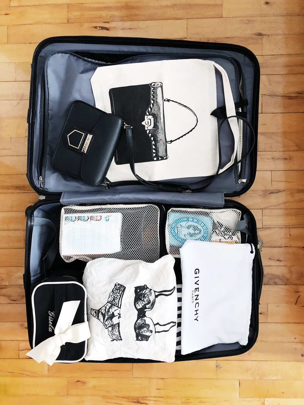 HOW TO PACK - Packing for a weekend getaway should be easy! This check list includes all you need to pack for a 2 day getawayA Large packing cube fits two outfits, beauty box for your toiletries, lingerie bag, laundry bag, handbag bag and of course a shoe bag.