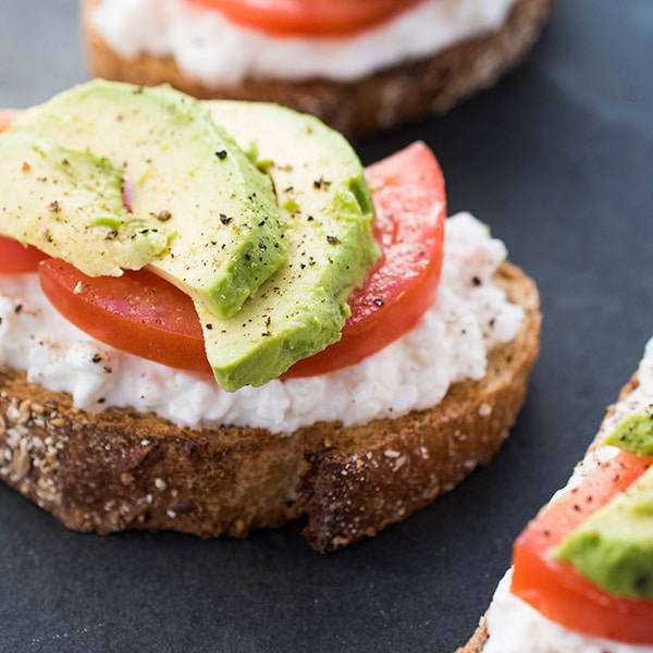 Avocado-Toast-with-Cottage-Cheese-and-Tomatoes-an-easy-breakfast-or-lunch-recipe.jpg