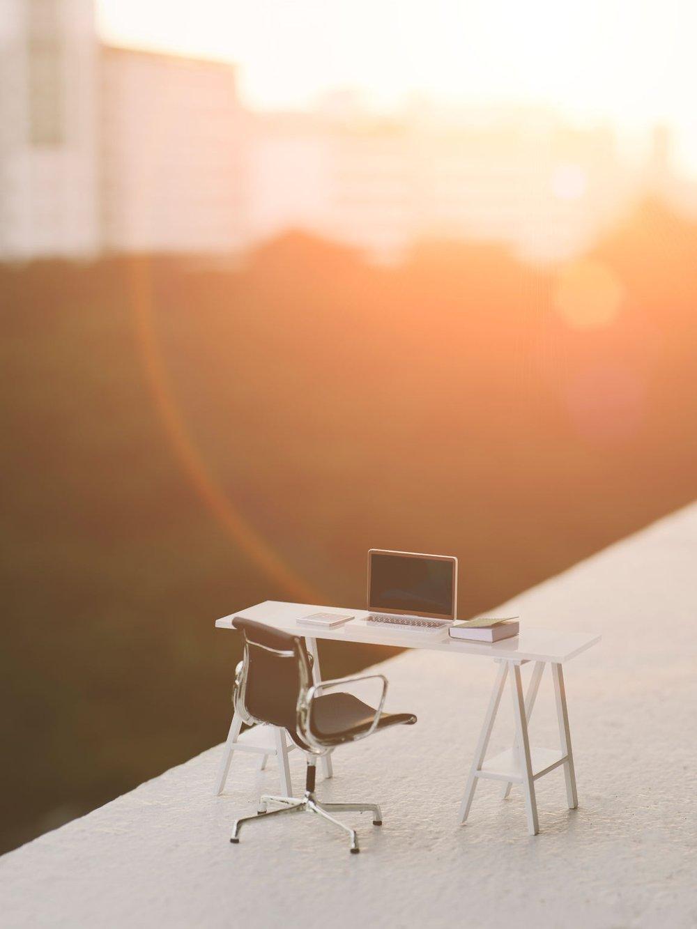 08 | Meaning Of Work - För medarbetaren blir det viktigare med personlig utveckling än att få klättra ett pinnhål till i företagshierarkin. Vi blir effektiva tack vare ny teknik och behöver knappast oroa oss för att artificiell intelligens tar våra jobb. När företag börjar automatisera processer kommer istället de anställda, som gått internutbildningarna, att hitta nya roller. Dessutom kommer nya arbetsuppgifter och yrken att dyka upp som en konsekvens när vi upptäcker möjligheterna som AI erbjuder.