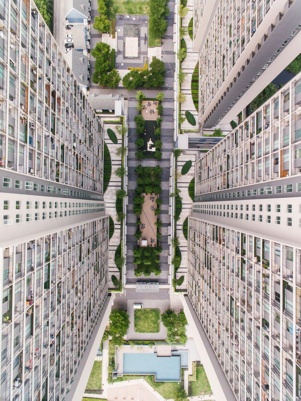 09 | The Rurban Fringe - I den smarta staden rullar robotar på trottoarerna och självkörande bilar ingår i stadsbilden. Bostäder och andra fastigheter innehåller sensorer som håller koll på allt från luftfuktighet till energioptimering. Som vanligt när det gäller teknikskiften kommer det på kort sikt inte att hända så mycket synliga saker i våra städer. Men på lång sikt blir förändringarna mycket större än vad vi kan föreställa oss.
