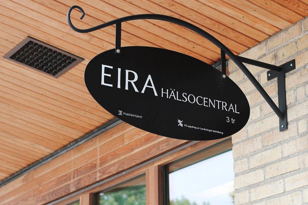 Fasadskylt till Eira hälsocentral.