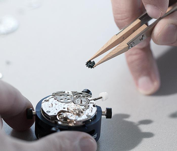03-customer-service-watch-dismantling-movement-700x600.jpg