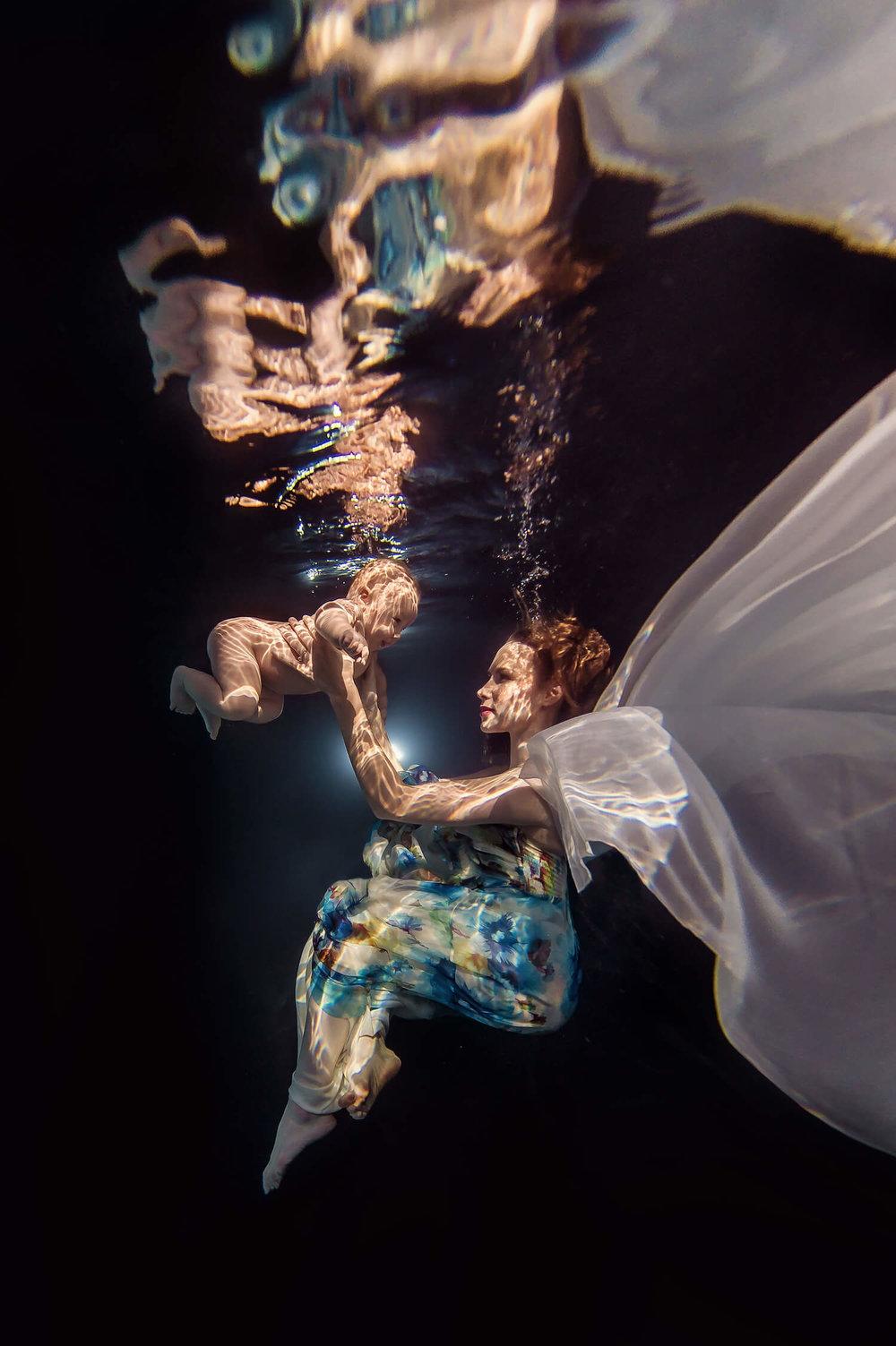 Ilse Moore underwater baby mom_003.jpg