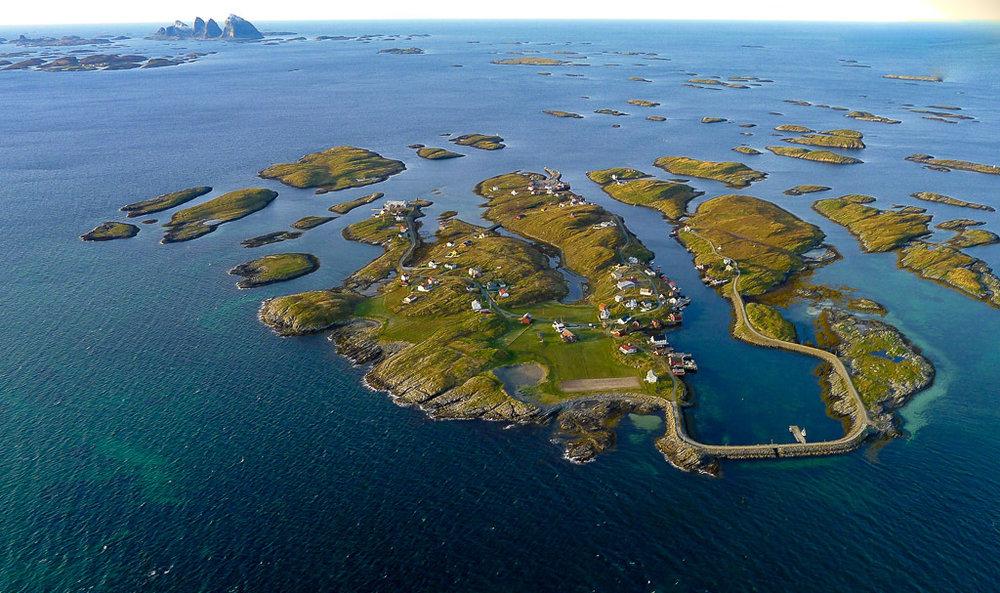 Selvær sett fra ørnens perspektiv. Du ser nå sørvestover med Husøy lengst oppe i venstre hjørne av bildet og de velkjente Trænstavene på over 300 m.o.h. stikker opp i horisonten.  Foto: Terje Kolaas, Din Tur AS.