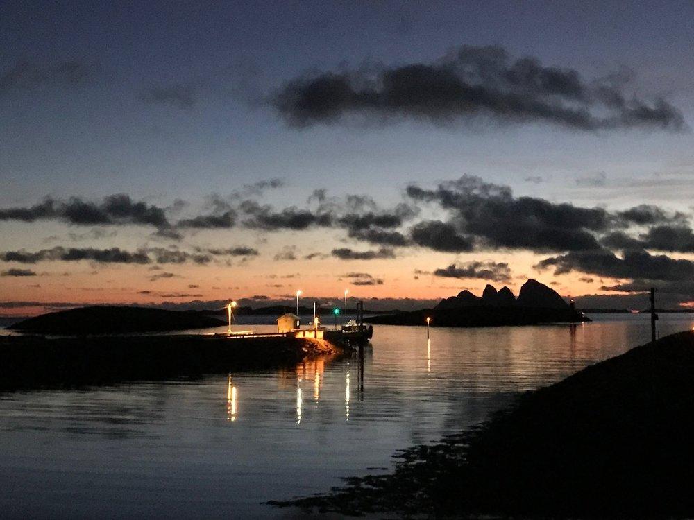 Fergekaia ligger ensom en sen ettermiddagstime, etter solnedgang i desember.