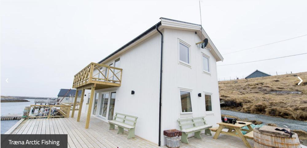To rorbu-leiligheter med meget høy standard, rett i sjøkanten. Båt for havfiske kan tilbys leietakere.