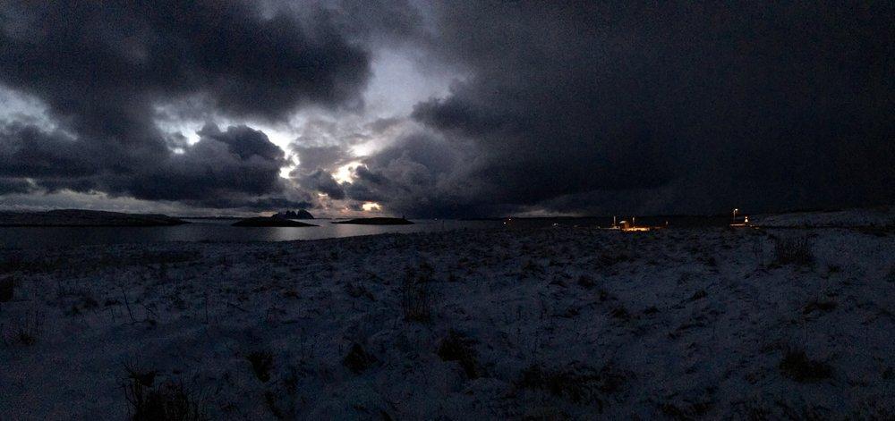 Vinterstille. På tampen av november ved 16-tiden slipper dagslyset taket, et tynt snødekke har lagt seg over Selvær for noen dager og himmelen byr på sin kveldssymfoni.