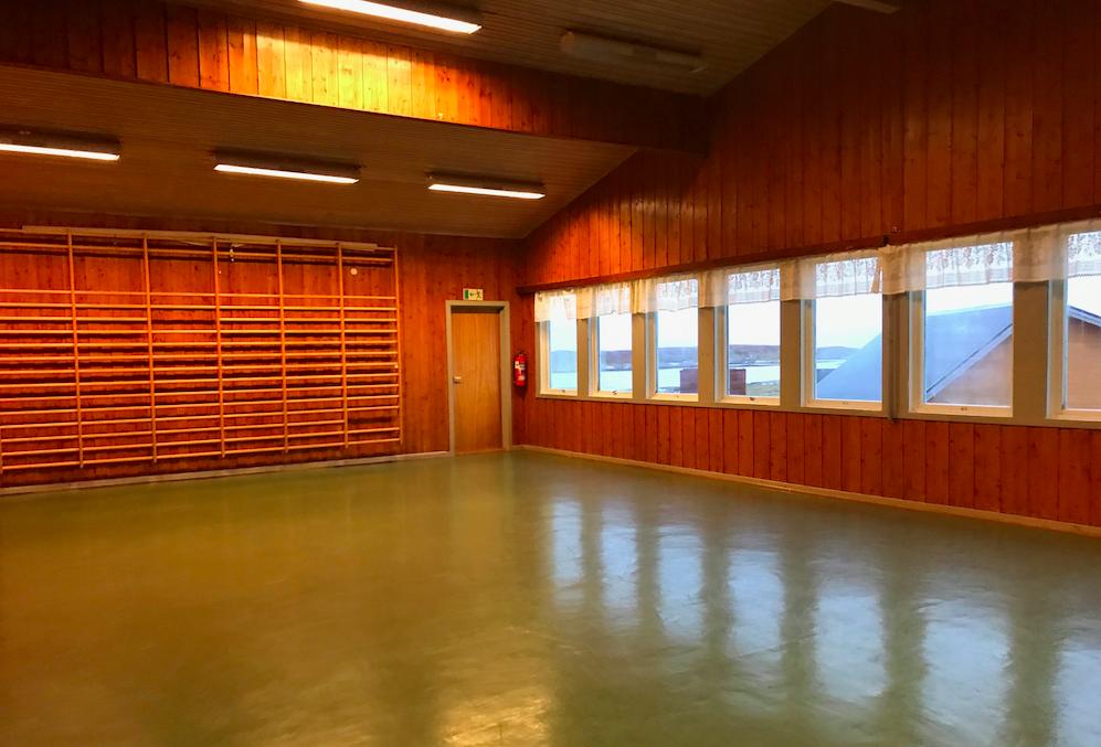 Salen er lysfyllt og er på romslige 80 kvm. Det er høyt under taket. Bord og stoler for til sammen 100 personer.