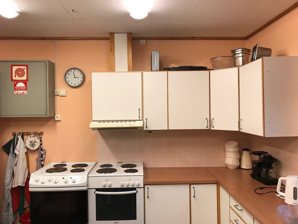 Stort arbeidskjøkken tilknyttet storsalen. (Se over) To komfyrer, store arbeidsbenker. steamer for oppvask på 80 sekunder pr. omgang, to store kjøleskap samt service.