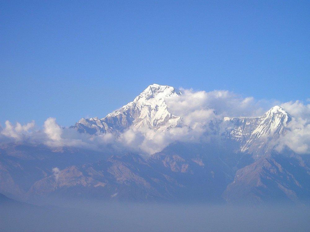 Trekking Annapurna - El Reino de Nepal se encuentra ubicado en el continente asiático, en el corazón del Himalaya, entre dos grandes países como China (Tíbet) e India, es una pequeña nación pero con muchos contrastes. Aquí se encuentran las cumbres más altas del mundo, con siete de las catorce cimas que superan los 8.000 metros de altitud, pero también alberga extensas llanuras, además de ciudades en las que se atesor.