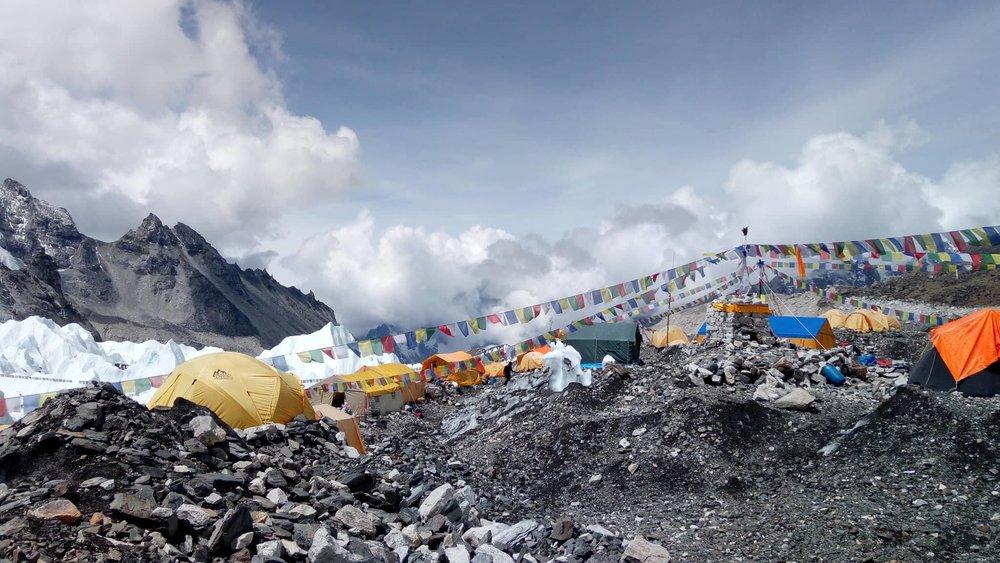 Intinerario - Día 1.Llegada a Katmandú. Recogida en aeropuerto y traslado al hotel.Día 2. Día libre en Katmandú para conocer la ciudad y visitar algunos de sus lugares más emblemáticos.Día 3. Katmandu - Lukla. 35 minutos de vuelo. Inicio del trekking, 3 horas para llegar a Phakding (2.700 m).Día 4. Phakding - Namche Bazaar (3.440 m).6 horas.Día 5. Namche Bazaar.Aclimatación (3.440 m).Día 6. Namche Bazar -Tyangboche. (3.867 m). 5 horas.Día 7. Tyangboche - Dingboche. (4.413 m). 6 horasDía 8. Dingboche. Aclimatación.Día 9. Dingboche - Lobuche (.4930 m). 5 horas.Día 10. Lobuche - Campo base Everest (5.364 metros). 4 horas - Gorakshep. (5.140 m). 4 horas.Día 11. Gorakshep - Kalapattar (5.580metros) - Pheriche. (4.200m). 7 horas.Día 12. Pheriche - Tyagboche. (3.860m). 5 horas.Día 13. Tyangboche - Namche Bazar. (3.440metros). 5 horas.Día 14. Namche Bazar - Lukla. 7 horas. Fin del trekking.Día 15. Luckla - Katmandú. 35 minutos de vuelo. Traslado al hotel.Día 16. Día libre en Katmandú.Día 17.Salida de Katmandú a España.Traslado del hotel al aeropuerto.