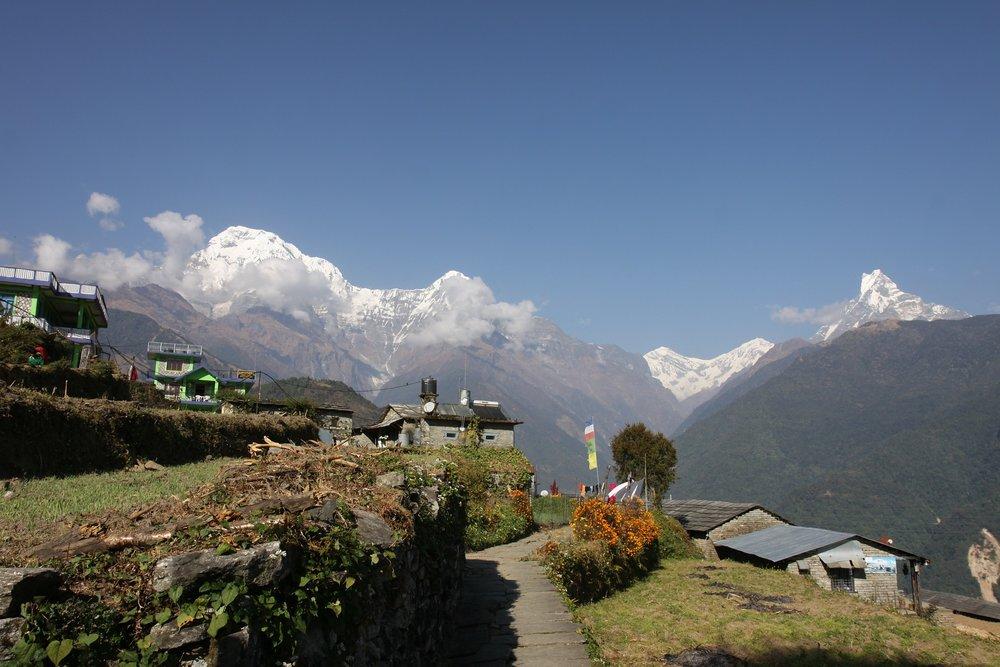 Intinerario - Día 1:Llegada a Katmandú. Recogida en aeropuerto y traslado al hotelDía 2:Día libre en Katmandú para conocer la ciudad y visitar algunos de sus lugares más emblemáticosDía 3:Katmandú - Pokhara .Transporte en vehículo privado. 6 horas.Día 4:Pokhara - Nayapul -Ulleri. (1.940 m) 6 horas. El traslado hasta Nayapul se hará en vehículo privado. Después comienza el trekkingDía 5:Ulleri - Ghorepani. ( 2.860 m). 5 horas.Día 6:Ghorepani -Poon Hill (3.210 m) - Tadhapani ( 2.600 m) .6 horasDía 7:Tadhapani - Chhomrong ( 2.170 m). 5 horas.Día 8:Chhomrong - Dobhan ( 2.600 m). 6 horasDía9:Dobhan - Campo base Machapuchare (3.700 m) 6 horas.Día 10:Campo base Machapuchare - Campo base del Annapurna (4.130 m) -Himalaya ( 2.930 m). 7 horas.Día 11:Himalaya - Chhomrong ( 2.170 m) 6 horas.Día 12:Chhomrong - Ghandruk. (1.940 m) 5 horas.Día 13:Ghandruk -Pokhara. 4 horas. Traslaso en jeep privado. Tarde libre en Pokhara.Día 14:Pokhara -Katmandú. 6 horas.Traslado en vehículo privado.Día 15:Día libre en Katmandú.Día 16:Salida de Katmandú a España- Traslado del hotel al aeropuerto.