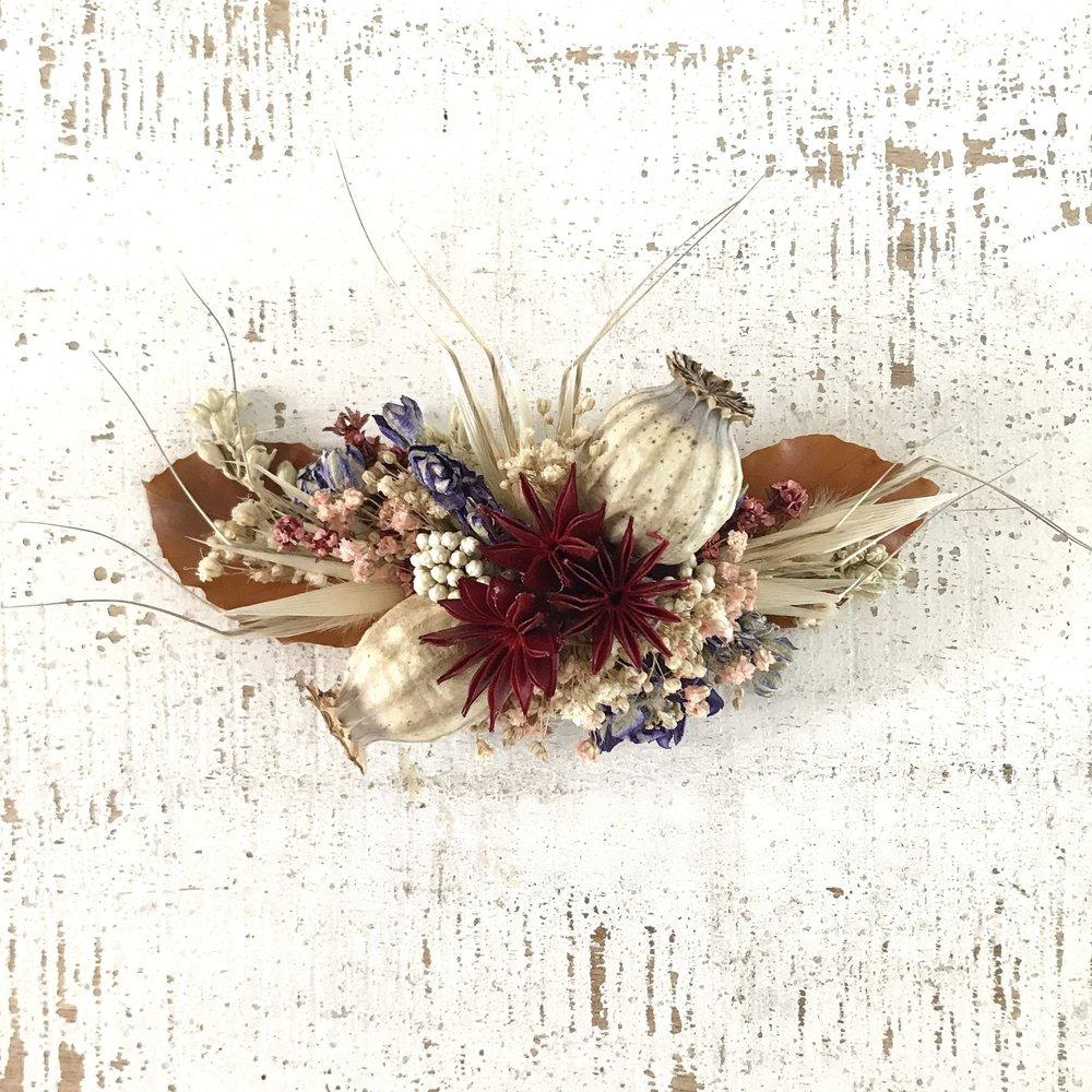Peinecillo de flores secas y preservadas