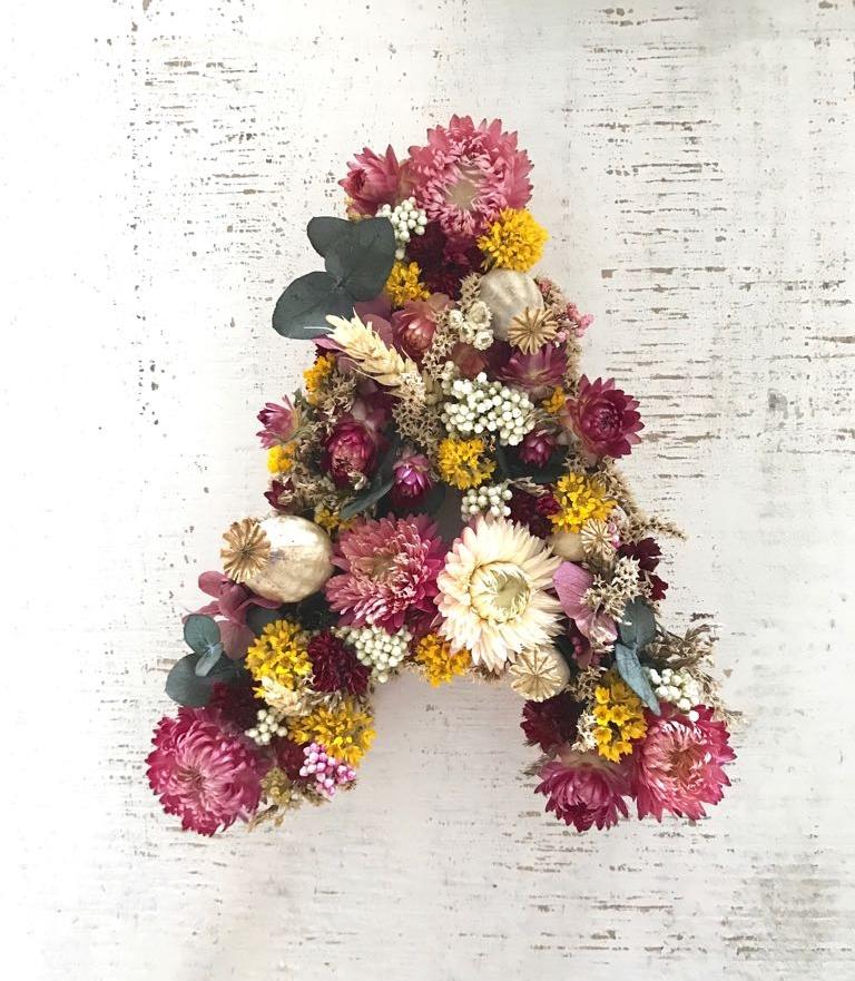 Inicial grande de flores secas y preservadas