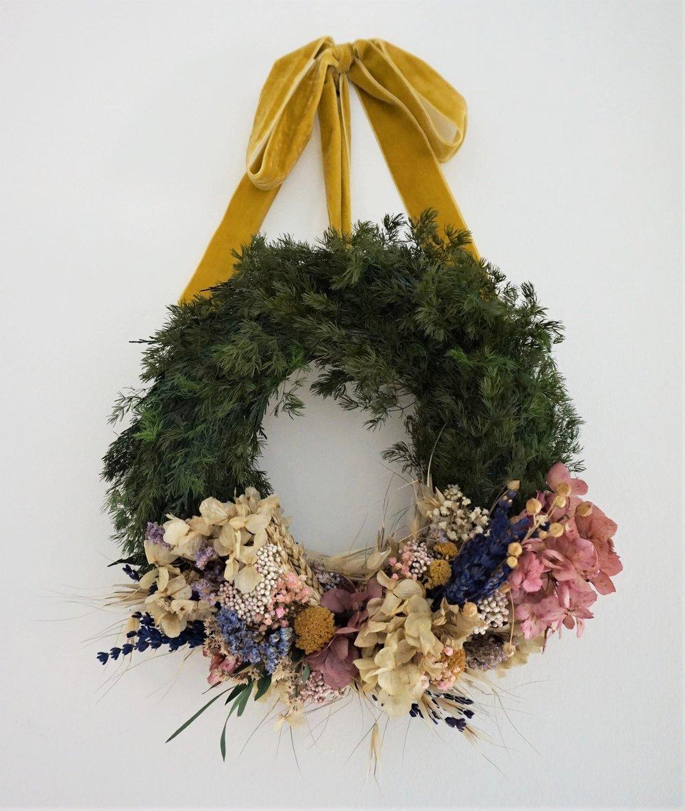 Corona decorativa de flores secas y preservadas