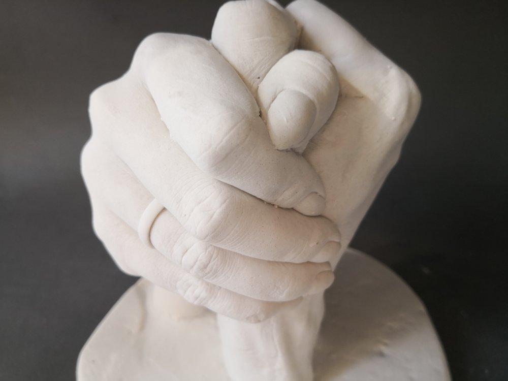 """Rokas atliešana ģipsī - Iespējams izveidot vienreizēju algināta veidni ar savu roku vai rokām, kurā pēc tam iespējams atliet ģipša figūru.Laiks: 40minCena : 60/80eur (1 vai 2 rokas)Process: Jūsu klātbūtnē tiek sajaukta gumijai līdzīga masa ar cietēšanas laiku 5min. Šajā masā jums jāieliek sava roka/rokas un nekustīgi jātur kamēr masa sacietē. Tad viegli kustinot pirkstus ir iespējams rokas izvilkt laukā. Šī gumijas masa ir droša ādai un arī gredzeniem. Pēc tam šai """"negatīva"""" veidnē atleju ģipša """"pozitīvu"""". Ģipsis cietā 30min-1h attiecīgi šo laiku varat uzkavēties darbnīcā vai izvēlēties saņemt darbu vēlāk pa pastu. Arī šis process ir ļoti tīrīgs, un rokas viegli nomazgājamas ar ziepēm."""