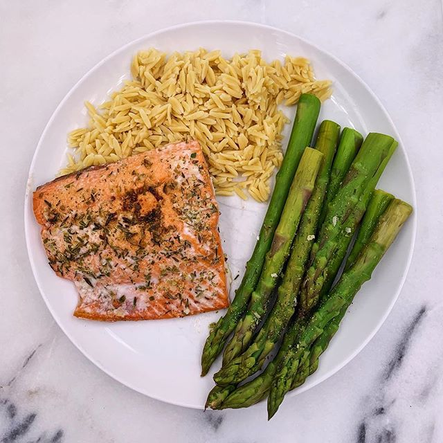 Simplicity at its finest🙌🏼Baked salmon (recipe in my feed), steamed asparagus with 🍋 + seasoning and @eatbanza newest addition, Chickpea Rice😋Its protein & fiber packed and perfect for a side dish or as a main dish with a bunch of veggies thrown into a bowl🌱It's available exclusively at @wholefoods nationwide! You have to try! #beyoubewholesome #mealsbylauren #banzabowl