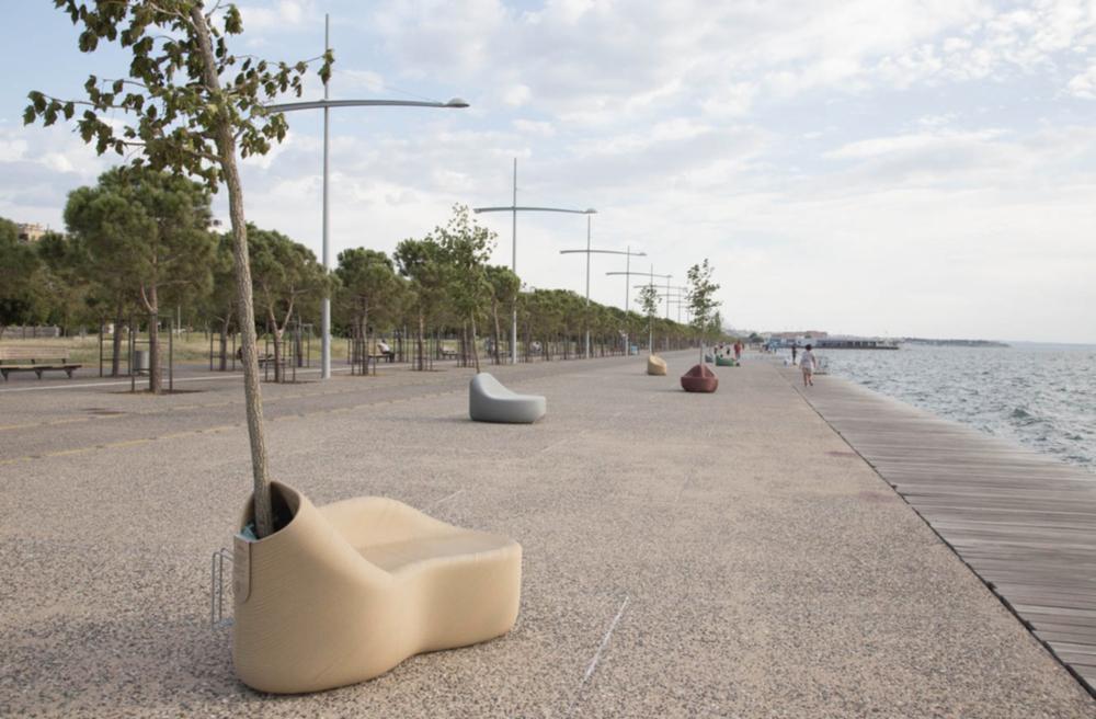 Riva u Thessalonikiju opremljena 3D printanim klupama, izvor: 3dprintingindustry.com