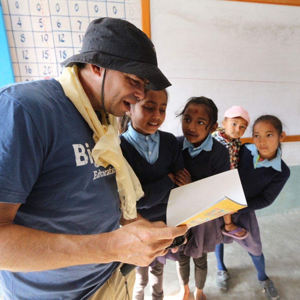 為何而做? - 在群體內,社區居民可以進行在物質需求上獲得改善和創造機會。此外,領導者能夠建立長期關係並與全球建立聯繫。作為一名學生,面臨著社區接踵而來的一問題、面臨著批判性思考和解決問題的挑戰。與外國群體合作意味著孩子必須具備彈性,並學會與他人有效合作。無論眼前有什麼障礙,都必須靠經驗去摸索與克服。志工服務不僅是只有給予,同時也獲得能夠重新審視生活的機會,用不同的價值觀去衡量所擁有的一切。.