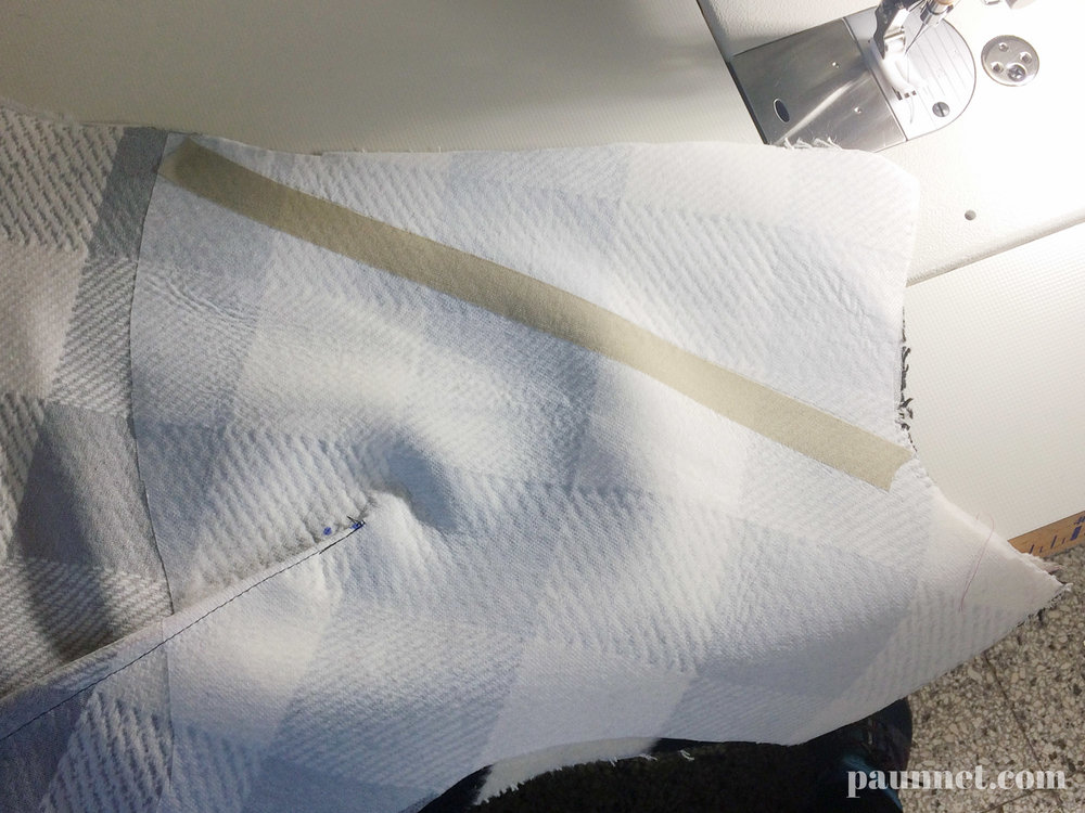 In questa foto si vedono (spero) i due strati di telina di rinforzo, e la striscia di adesivo usata per la spezzatura del revers.