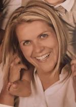 """AUTORIN - AUTORE  Daniela Kirchler  studierte Bildungswissenschaften an der Leopold–Franzens–Universität in Innsbruck. Von 2005 bis 2008 arbeitete sie als deutschsprachige pädagogische Fachkraft im italienischen Kindergarten. Dann wechselte sie in die italienischsprachige Grundschule und unterrichtet seit 2010 in einer bilingualen Klasse. Aktuell genießt sie die Zeit mit ihren Kindern zu Hause.  2015 publizierte sie gemeinsam mit Renate Rauter ihr erstes  Buch """"Punkto & Punktino"""" . 2017 erschien das zweite Buch """"ich & er"""". Beide Bilderbücher behandeln auf spielerische und kreative Art und Weise besondere Buchstaben und Buchstabenverbindungen der deutschen Sprache.  Mein Kind kommt in den Kindergarten – ein großer Schritt für alle!  Irgendwann kommt der große Tag: Dein Kind besucht zum ersten Mal den Kindergarten!   Mit Spannung erwarten Mami und Papi, Oma und Opa, Geschwister diesen besonderen Moment und für das Kind beginnt ein neuer Lebensabschnitt.  Bereits vor dem ersten Besuch macht ihr euch Gedanken, indem ihr euch überlegt, welchen Kindergarten euer Kind besuchen soll. Vorbereitungen wie Bücher lesen, Gespräche führen und den Weg zum Kindergarten kennenlernen gehören ebenso dazu, wie das Interesse und die Neugierde eures Kindes gegenüber dem Kindergarten zu wecken.   Manches Kind freut sich auf den Kindergartenbeginn, andere können damit gar nichts anfangen. Das Alter eures Kindes spielt dabei nicht die wichtigste Rolle. Es gibt Kinder, die bereits mit zwei Jahren reges Interesse an Spielgefährten zeigen, andere hingegen interessieren sich auch mit vier Jahren kaum dafür.  Für einige Stunden ohne Mutter oder Vater zu sein, muss von vielen Kleinkindern erst erlernt werden. Kinder, die bereits vorher eine Kindertagesstätte besucht haben oder von einer Tagesmutter betreut wurden, haben mit dem """"Loslassen"""" bereits Erfahrungen gemacht. Bei einigen Kindern treten mit Kindergartenbeginn erstmals Gefühle von Verlust und Angst auf. Auch euch kann es schwer fallen, euc"""