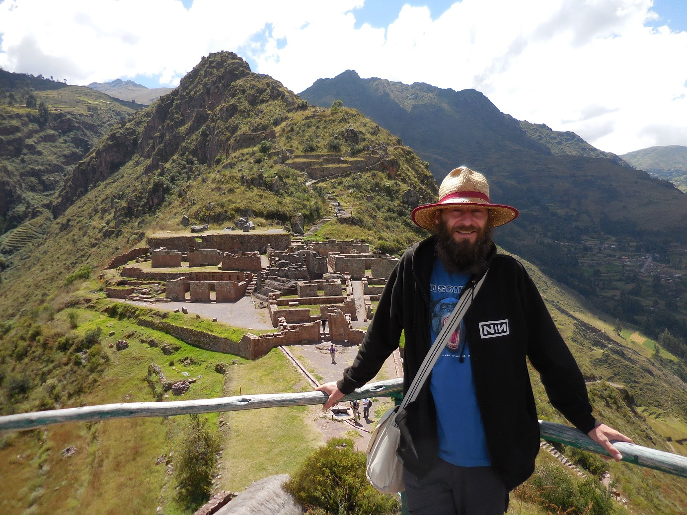 PIsac in front of the temple ruins