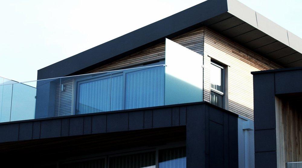 Wohngebäude - Wir planen und realisieren Einfamilienhäuser, Doppelhäuser und Mehrfamilienhäuser. Hierbei verbinden wir moderne Architektur mit zukunftsfähigen Energiekonzepten, um beste Wohnqualität mit niedrigen Verbrauchskosten zu kombinieren. Dadurch ist eine stabile Werterhaltung und Langlebigkeit garantiert.