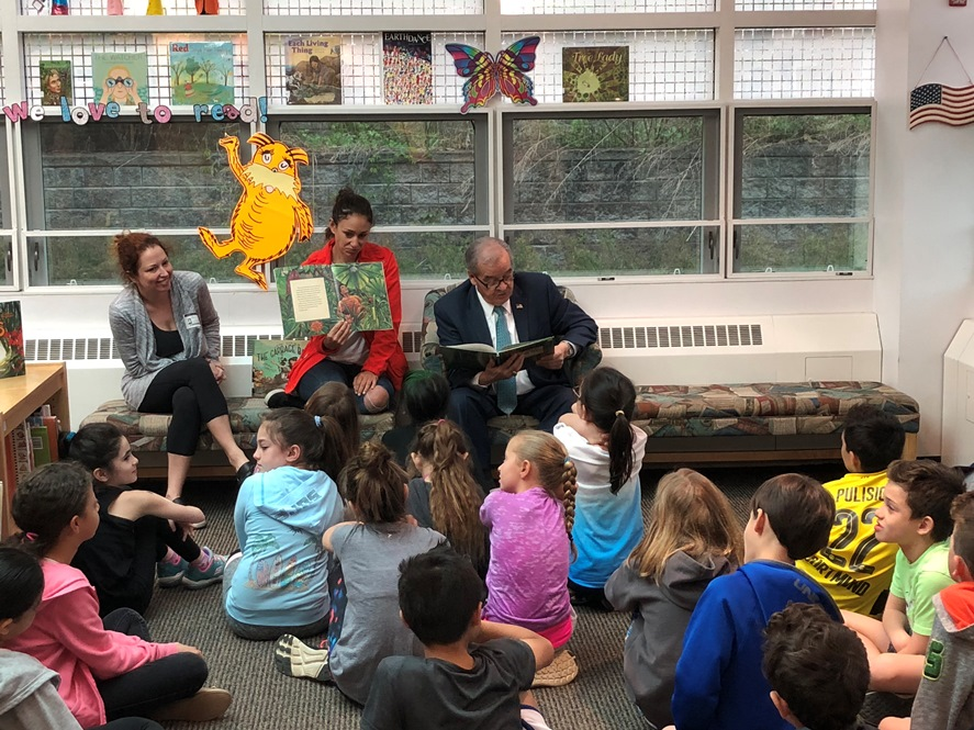 D'Urso reads to children.jpg