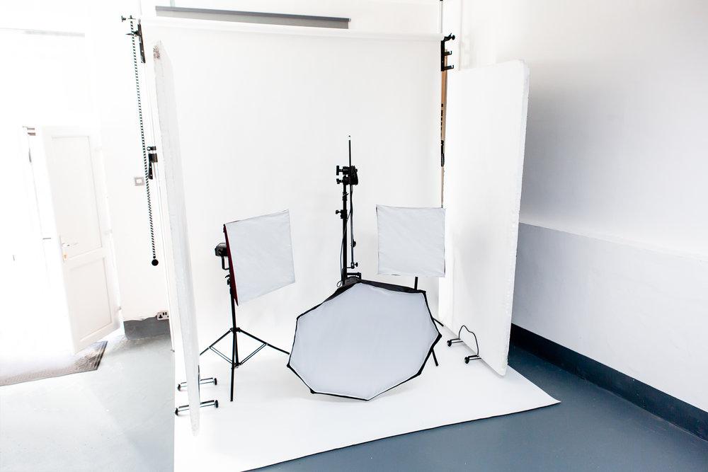 BOWENS ESPIRIT 500 x 3  LIGHT STANDS x 3  OCTABOX (120cm) x 1  STANDARD SOFTBOX x 2  BOWENS CONE REFLECTOR x 3  BOWENS UMBRELLA  WIRELESS TRIGGER (canon fit)  STUDIO FLASH SYNC CABLE