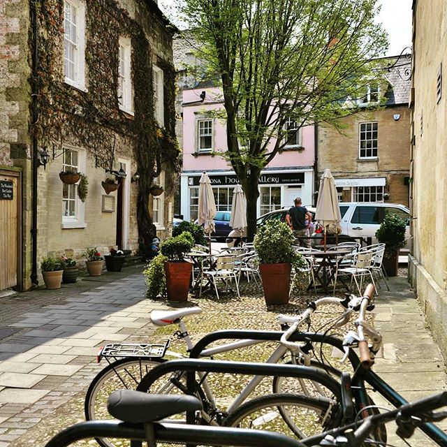 It's a glorious sunny day here in our hometown in Woodstock Oxfordshire, our lovely repost today comes courtesy of @wakeuptowoodstock Happy Tuesday to you all! . . . #thedriverstipple #woodstock #oxfordshire #cotswolds #designateddriver #cotswoldvillage #oxford #visitoxford #cobbles #bicycle #happytuesday #tuesdaymotivation