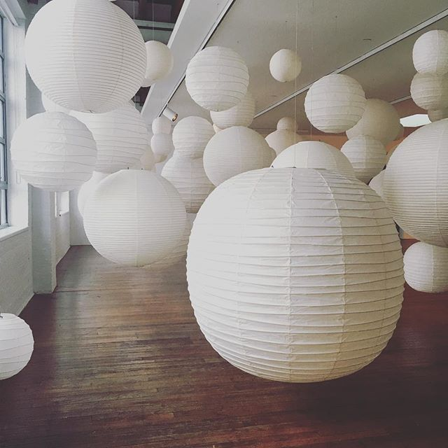 I went to the @noguchimuseum in Queens recently and was so inspired by the Akari exhibit. Now I'm eyeing all ugly overhead light fixtures in my apartment and scheming to replace them with simple white lanterns. So beautiful!