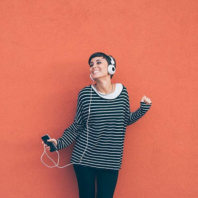 A gente não vive sem música, e pra deixar o verão ainda mais animado, tem que rolar aquela playlist com a vibe da estação. Qual música você acha que não pode faltar nela? 💚🎶⠀ #ClubLifeBrasil #PlaylistdeVerão #Música #SoltaoPlay⠀ ⠀