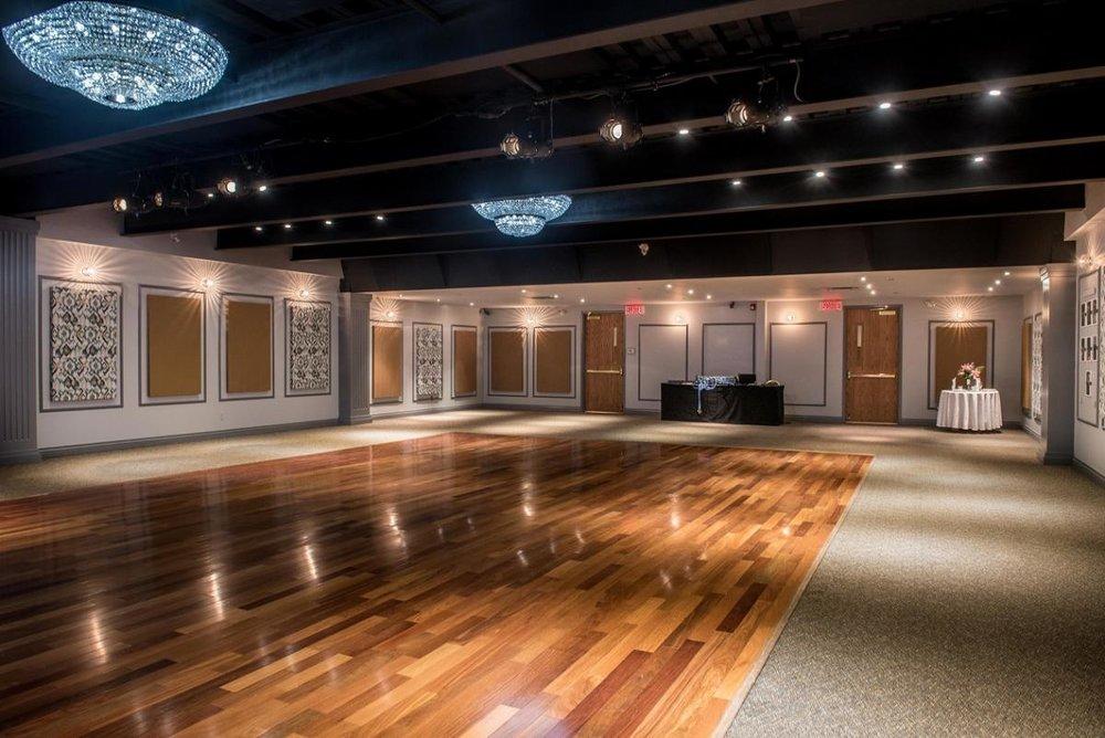 La salle principale - La salle principale du Centre Crowley, 3 500 pieds carrés, est illuminée par de beaux chandeliers en cristal et ornés de meubles élégants tout au long, incluant les panneaux sonores décorés, pour s'assurer d'un son acoustique précis, et une place de danse en plancher de bois (mesurant 50 pieds de long et 25 pieds de largeur).Avec une scène modulable muni d'un système roto-lock, (mesurant 32 pieds L x 14 pieds W x 16