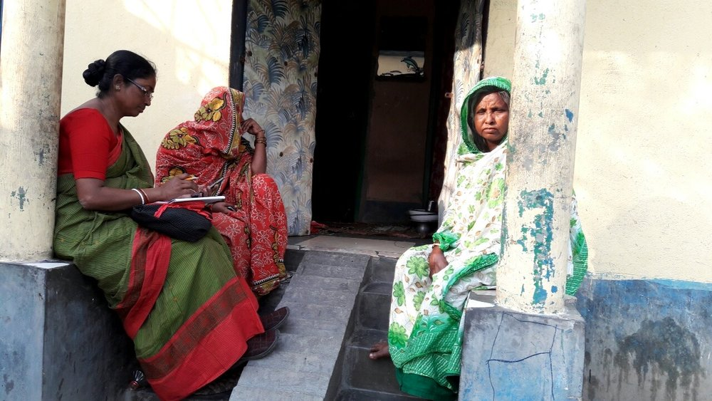 Community members in West Bengal share their experiences with Aadhaar to an IDinsight Field Officer as part of data collection for the State of Aadhaar Report 2017-2018.